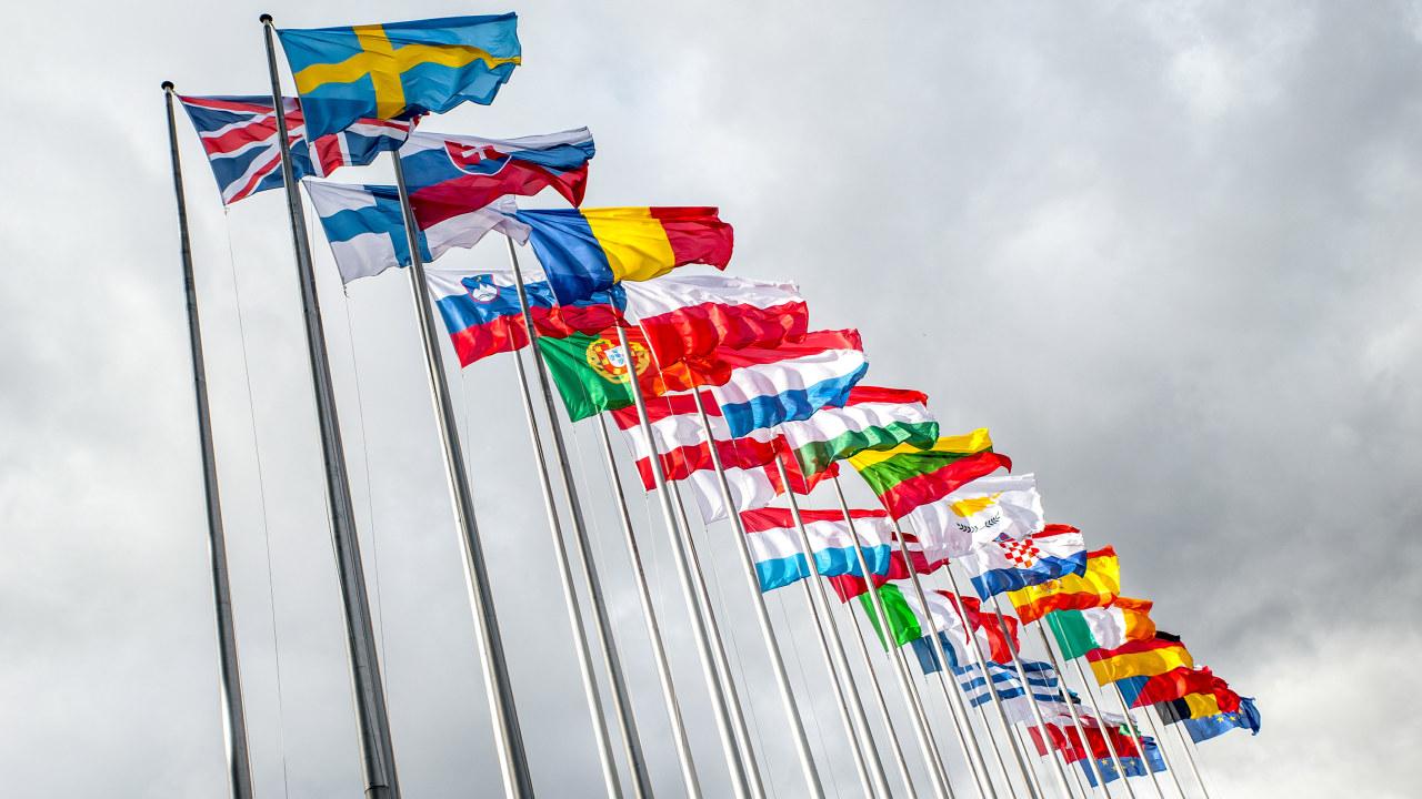 Rekke med flaggstenger med ulike europeiske flagg