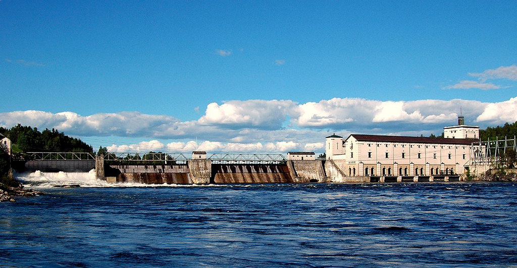 Elvekraftverk som strekker seg over elva. Foto