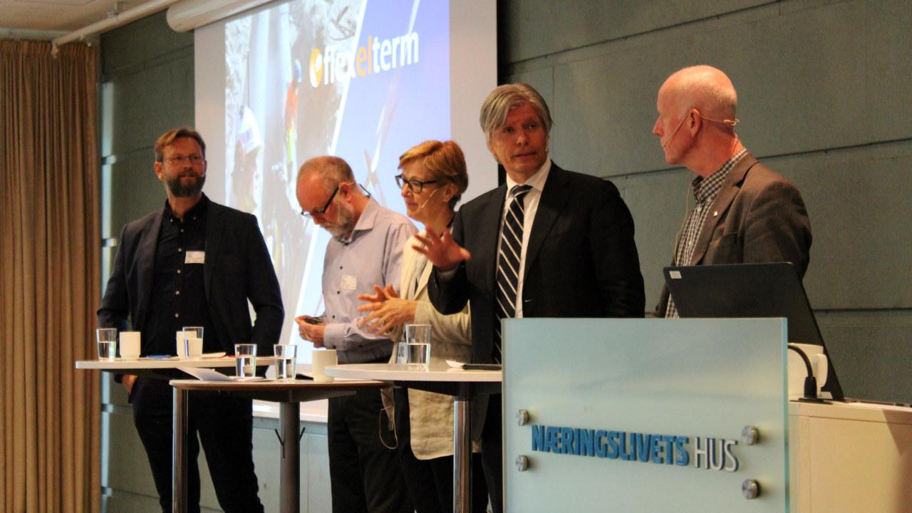 Fem mennesker i paneldebatt