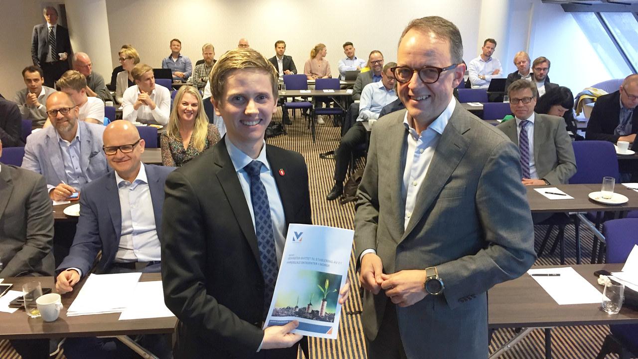 Oluf Ulseth overleverer datasenterrapport til statssekretær Reynir Johannesson i Samferdselsdepartementet under et frokostmøte i Oslo 9. juni 2017.