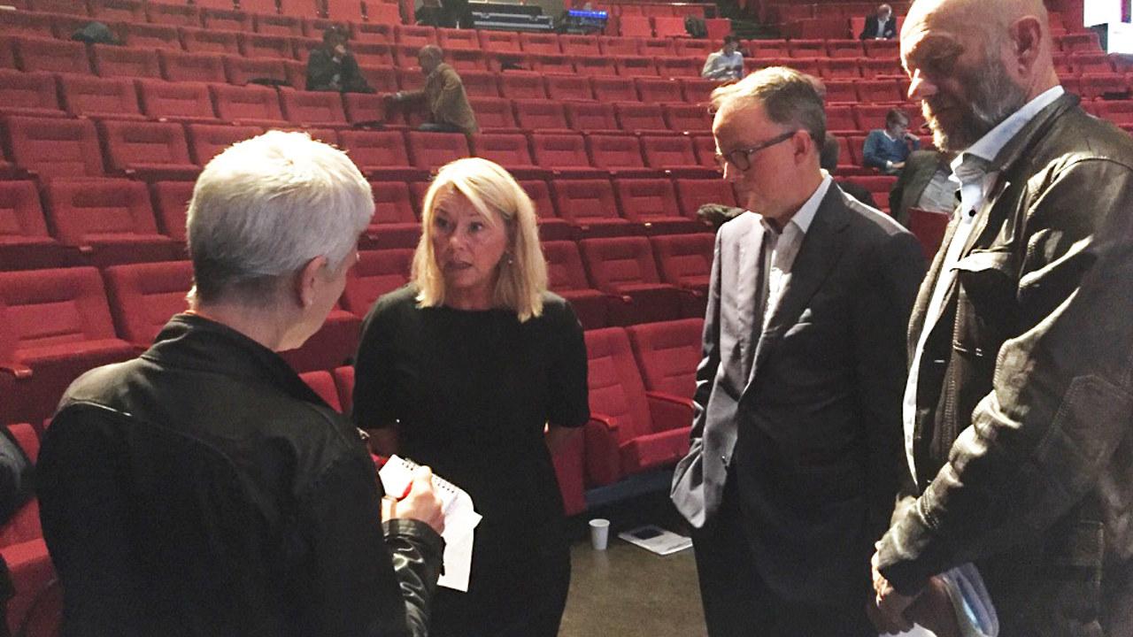 Næringsminister Monica Mæland diskuterer vannkraftskatt med Oluf Ulseth i Energi Norge, Stein Lier-Hansen i Norsk Industri og pressen på EnergiRike-konferansen i Haugesund.