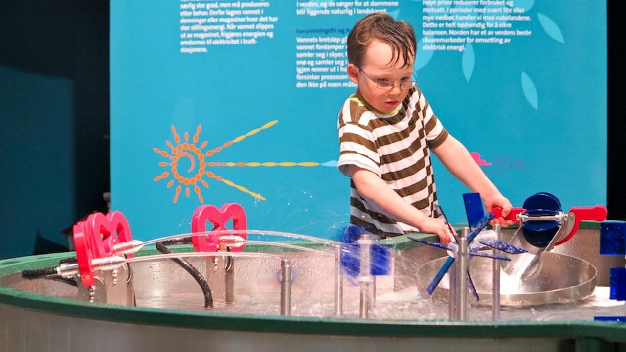 En gutt leker med vann og strømproduksjon