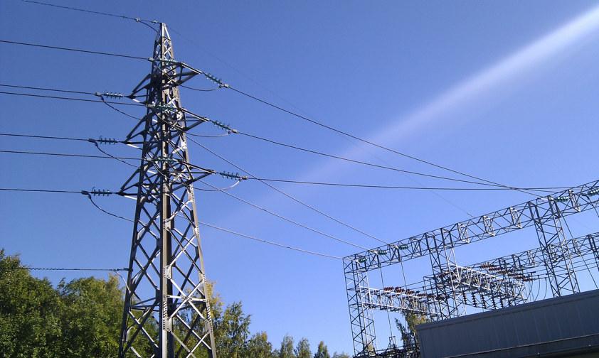 Regionalnettmast og en transformatorstasjon. Foto
