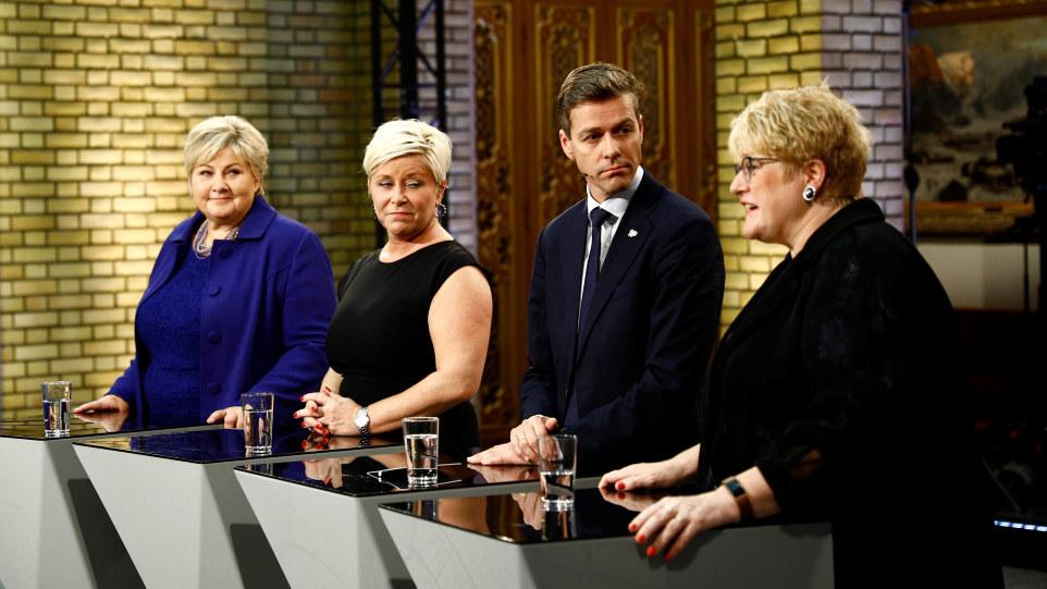 Fire mennesker står bak en talerstol. En dame snakker. Foto