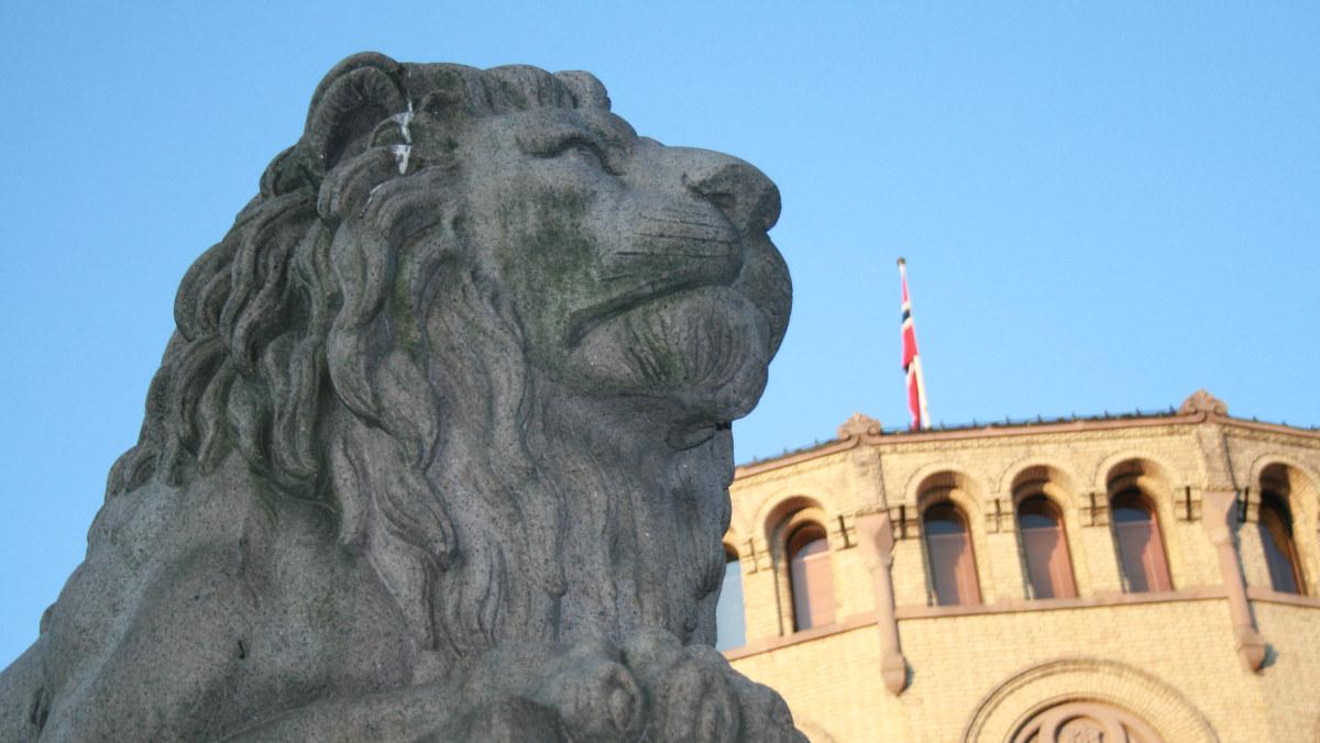 Løven foran stortiget. Foto