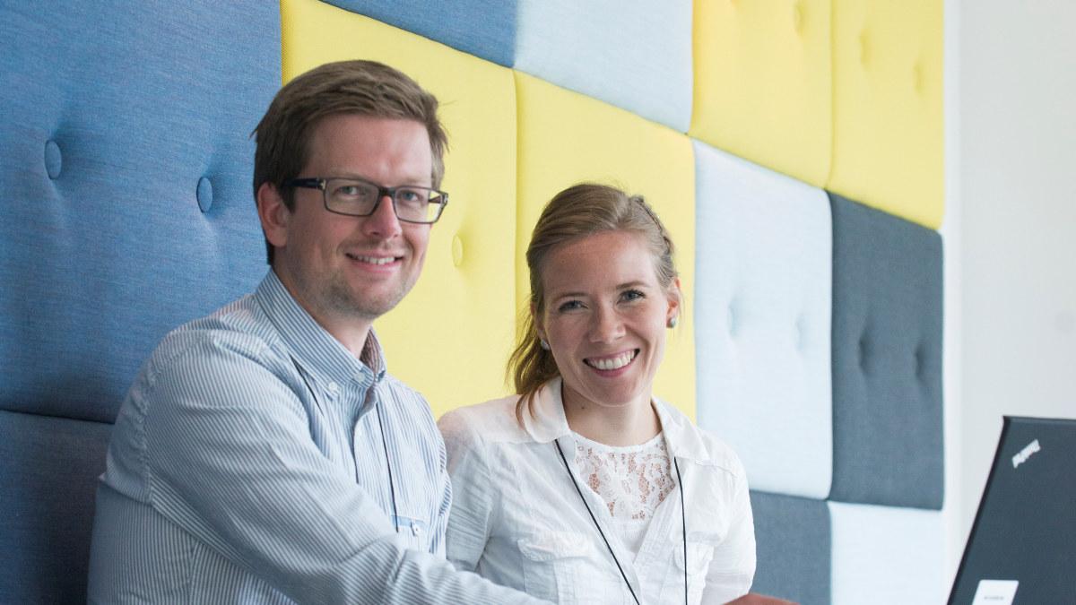 En ung mann og dame smiler. Foto