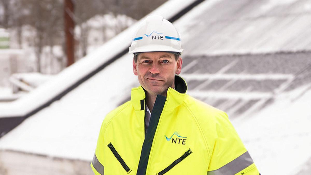 Mann med hjelm med teksten NTE. Foto