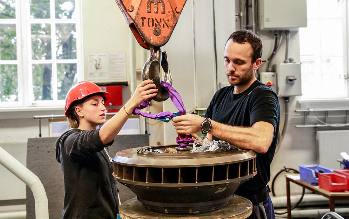 To mennesker jobber med en turbin. Foto