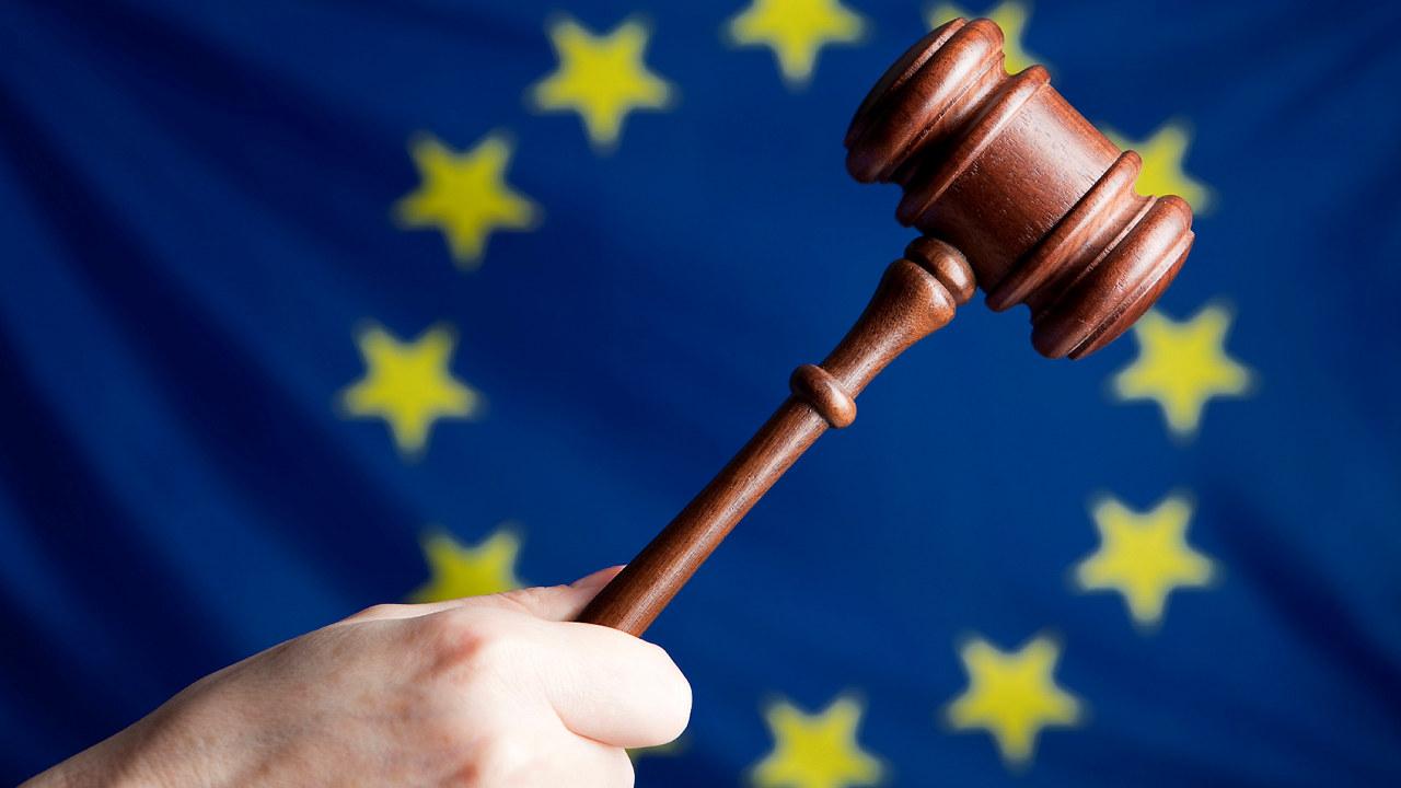 EU symbolet og en klubbe. Foto