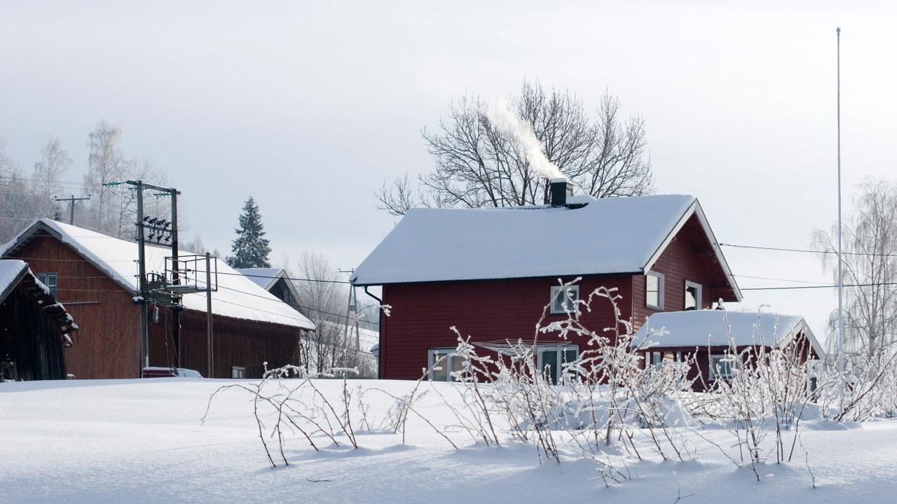 En liten gård med en trafo og strømlinjer. Foto