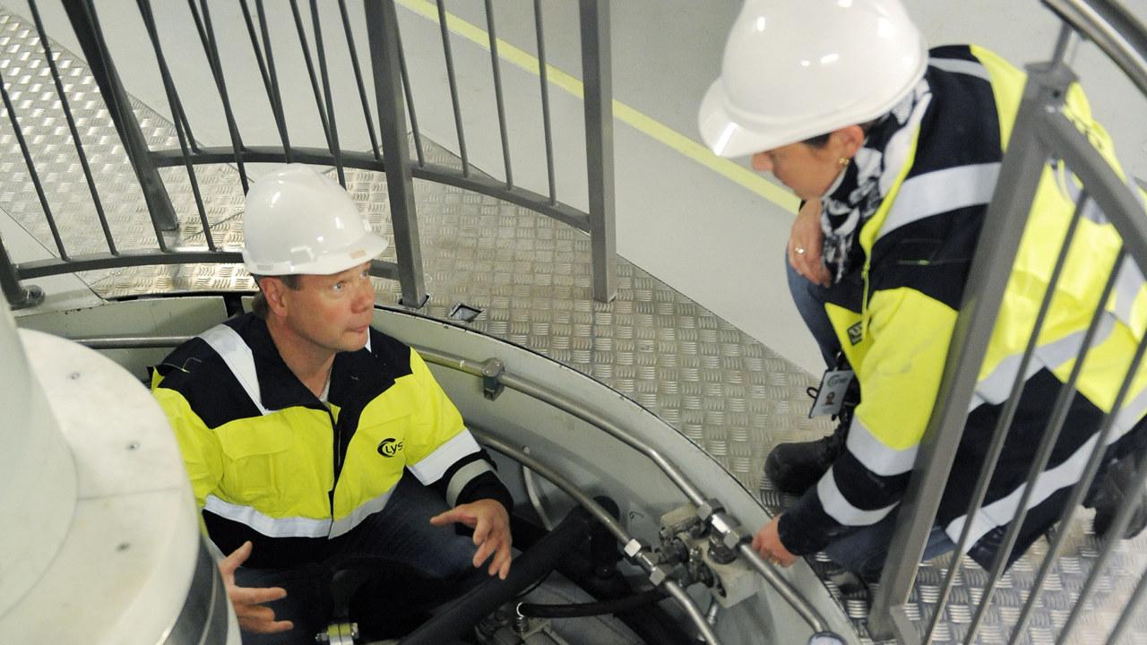 Bilde av to menn menn som jobber ved en turbin