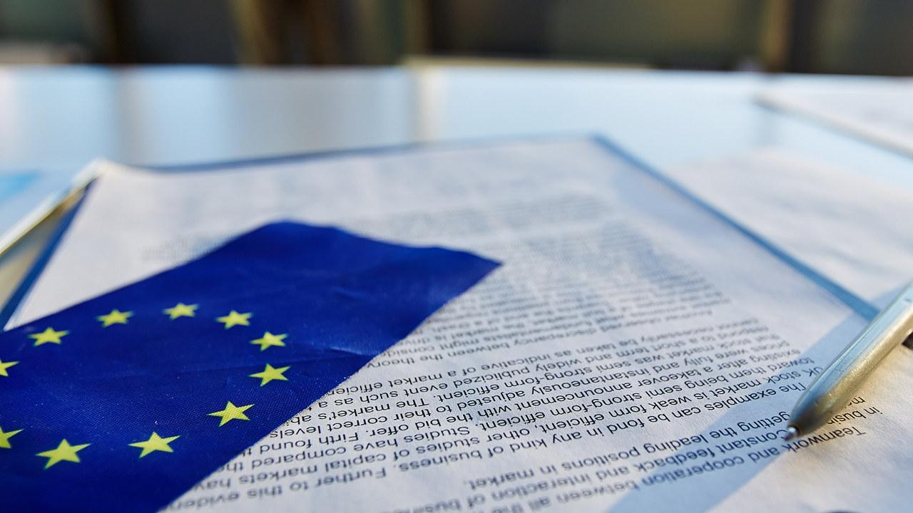EU flagg og et dokument. Foto