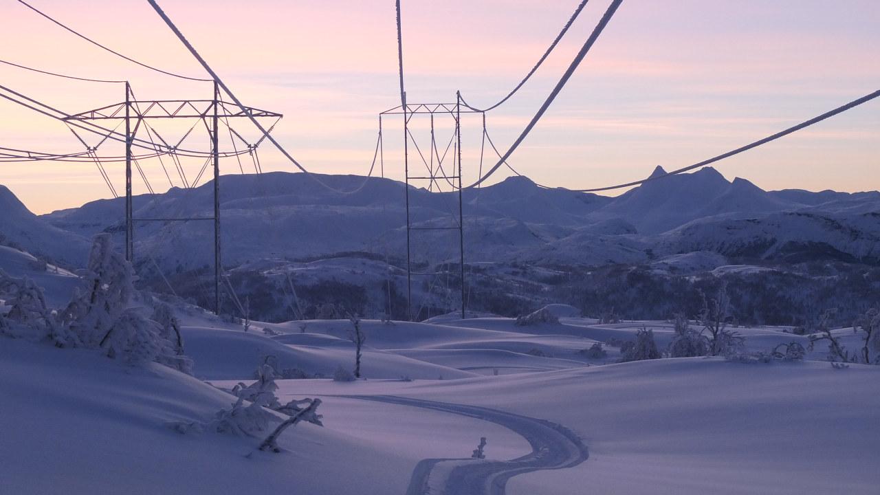 Kraftmaster på snødekt jorde. Foto