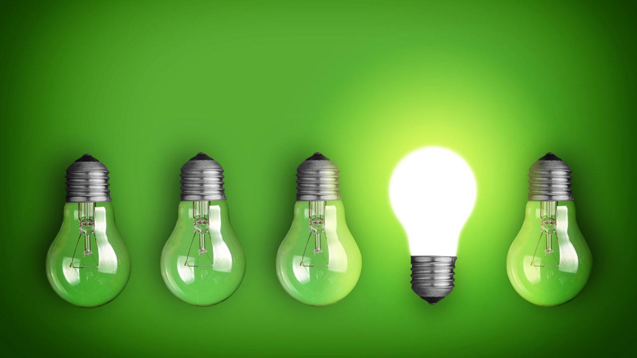 Bildet av fem lyspærer og en av dem lyser