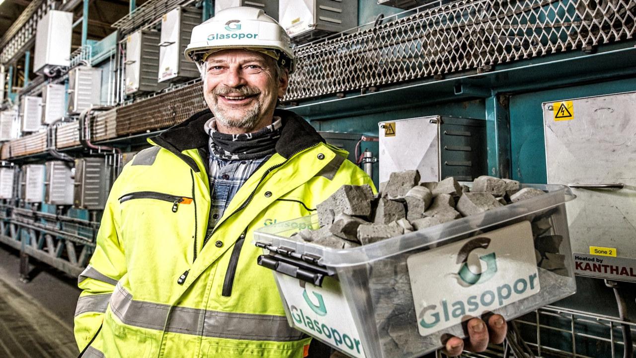 Mann på byggeplass. foto