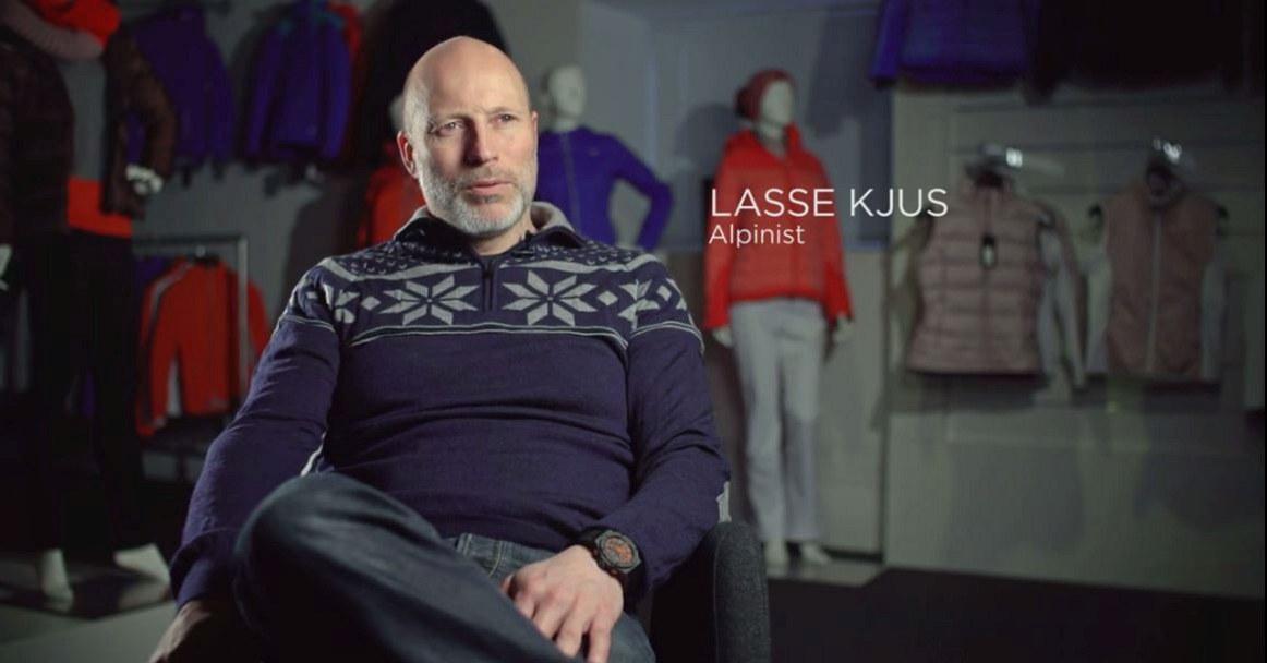 Bilde av Lasse Kjus som sitter å snakker