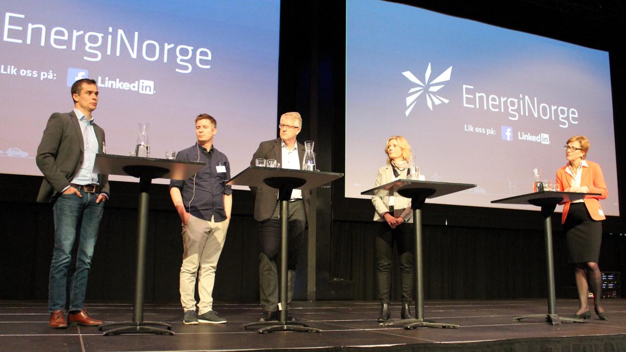Fem mennesker på en scene. foto