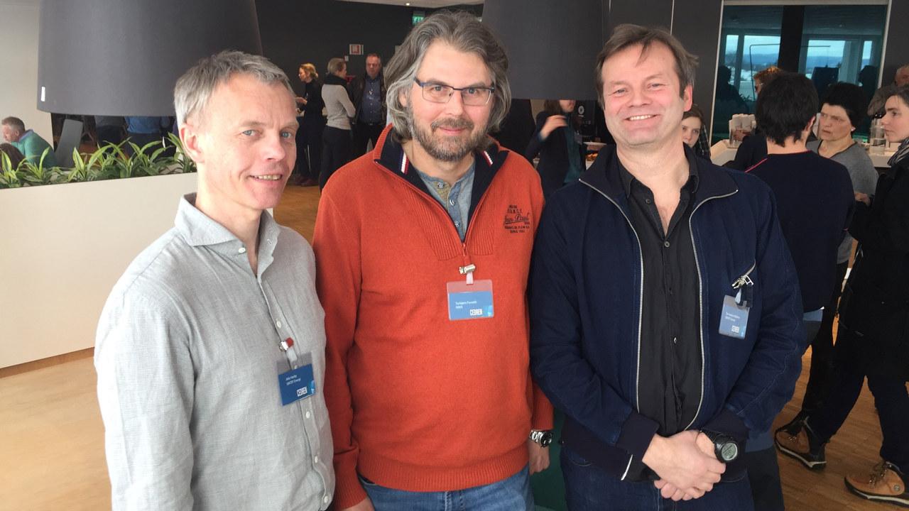 Tre smilende menn. foto