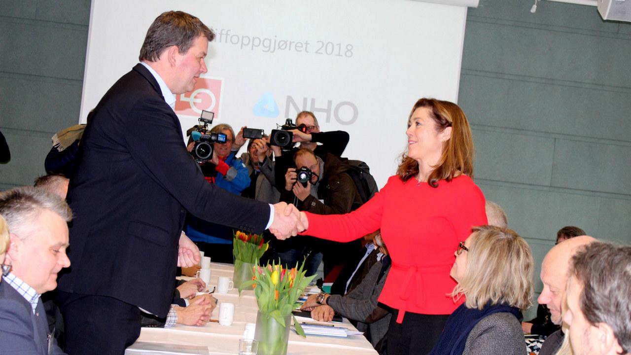 Med dette håndtrykket er tariffoppgjøret i gang. LO-leder Hans-Christian Gabrielsen og NHO-sjef Kristin Skogen Lund. Foto: Anne Birgitte Hjelseth, NHO.