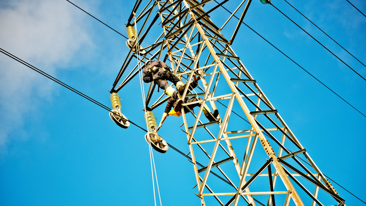 Skifte av strømlinje, med to menn i masten. foto