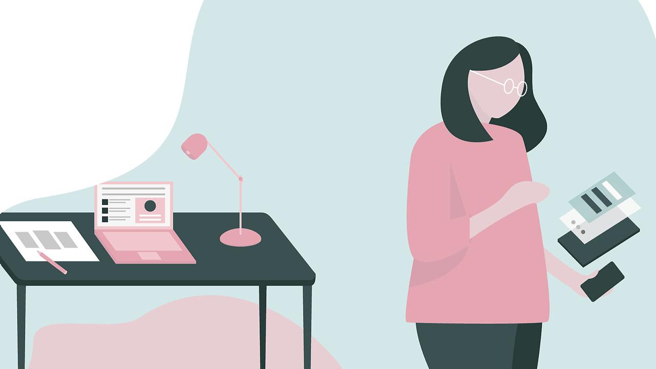 En dame med briller ordner med papirer foran en skrivebord med PC. Tegning