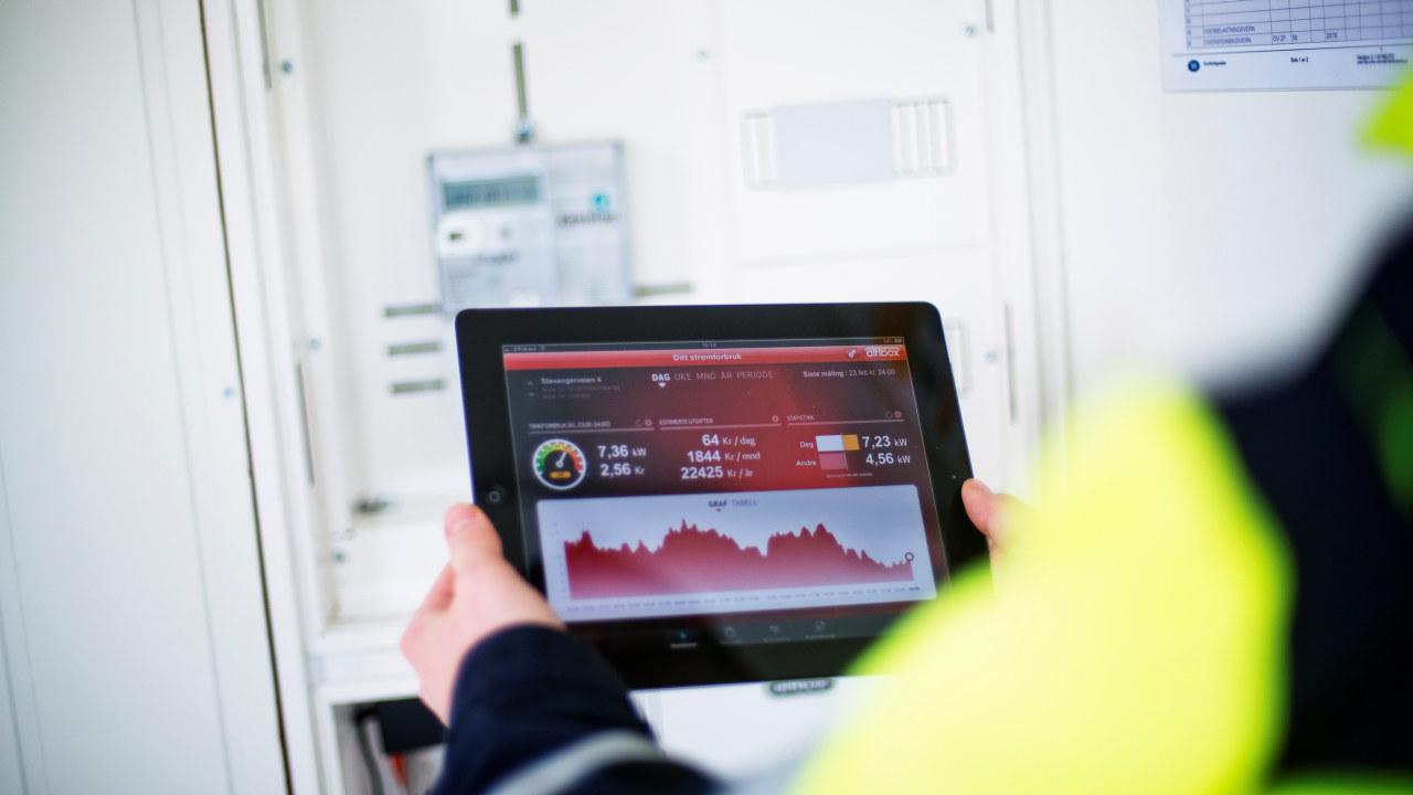 Bilde av et nettbrett som viser strømforbruk. foto