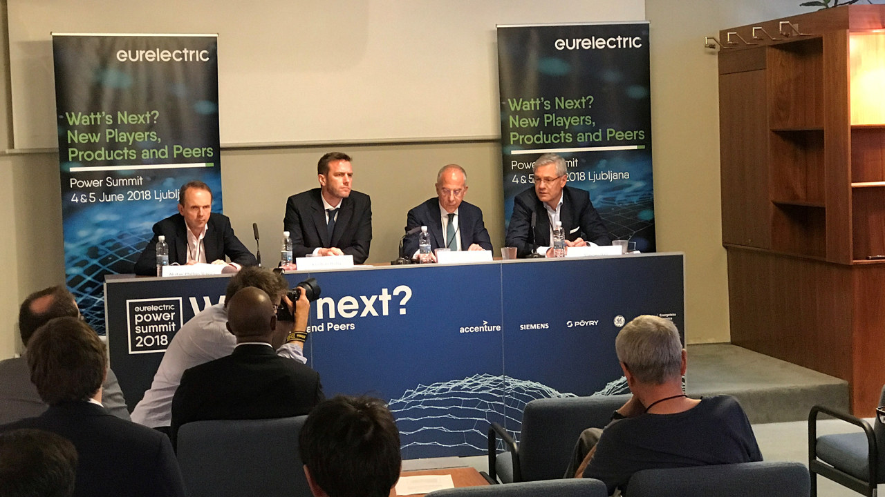 fire menn sittende ved bord med publikum. foto