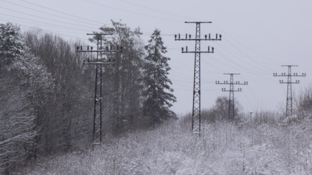 Strømmaster i vinterlig landskap. Foto