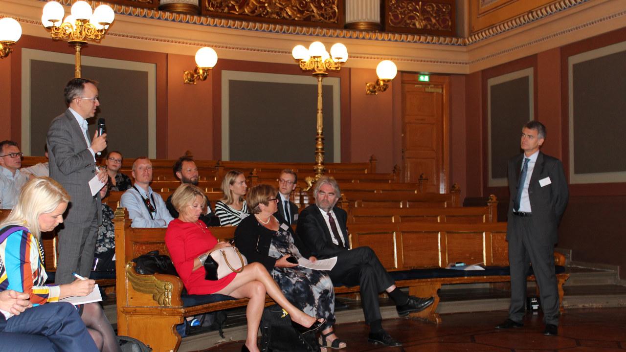 Oluf Ulseth i Energi Norge stiller spørsmål til ACER-sjef Alberto Pototchnig på et seminar i Oslo.
