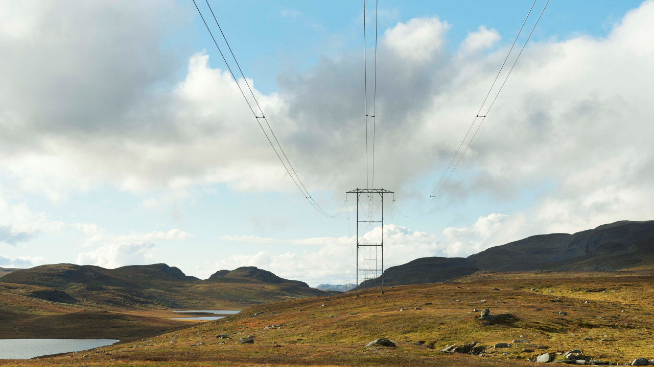Ledninger i høstlandskap. foto