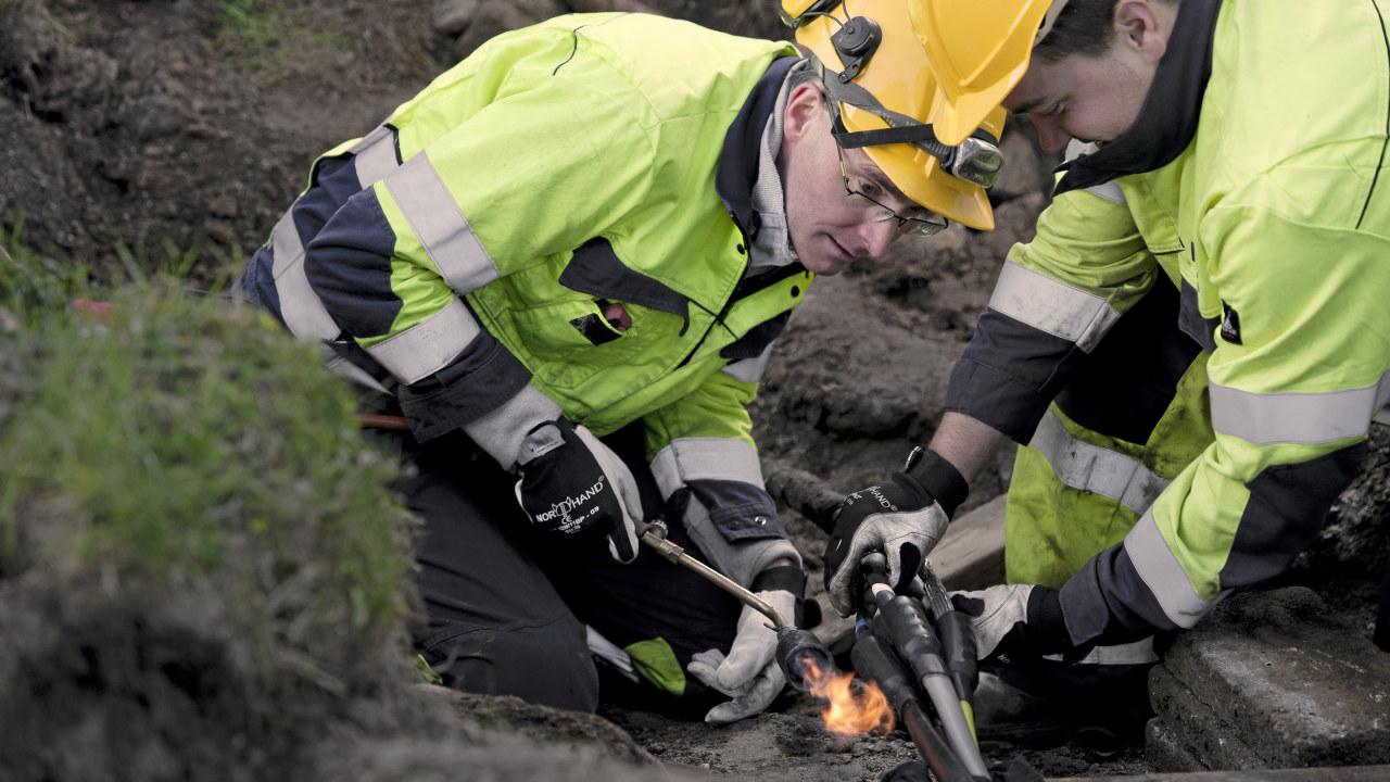 Montørlag som skjøter lavspent kabel på Landås. Jan Ove Digernes, Yngve Vinnes m.f.