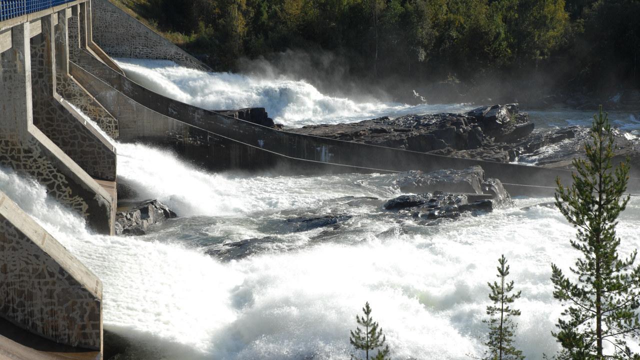 Foto: Kraftstasjon med mye vann
