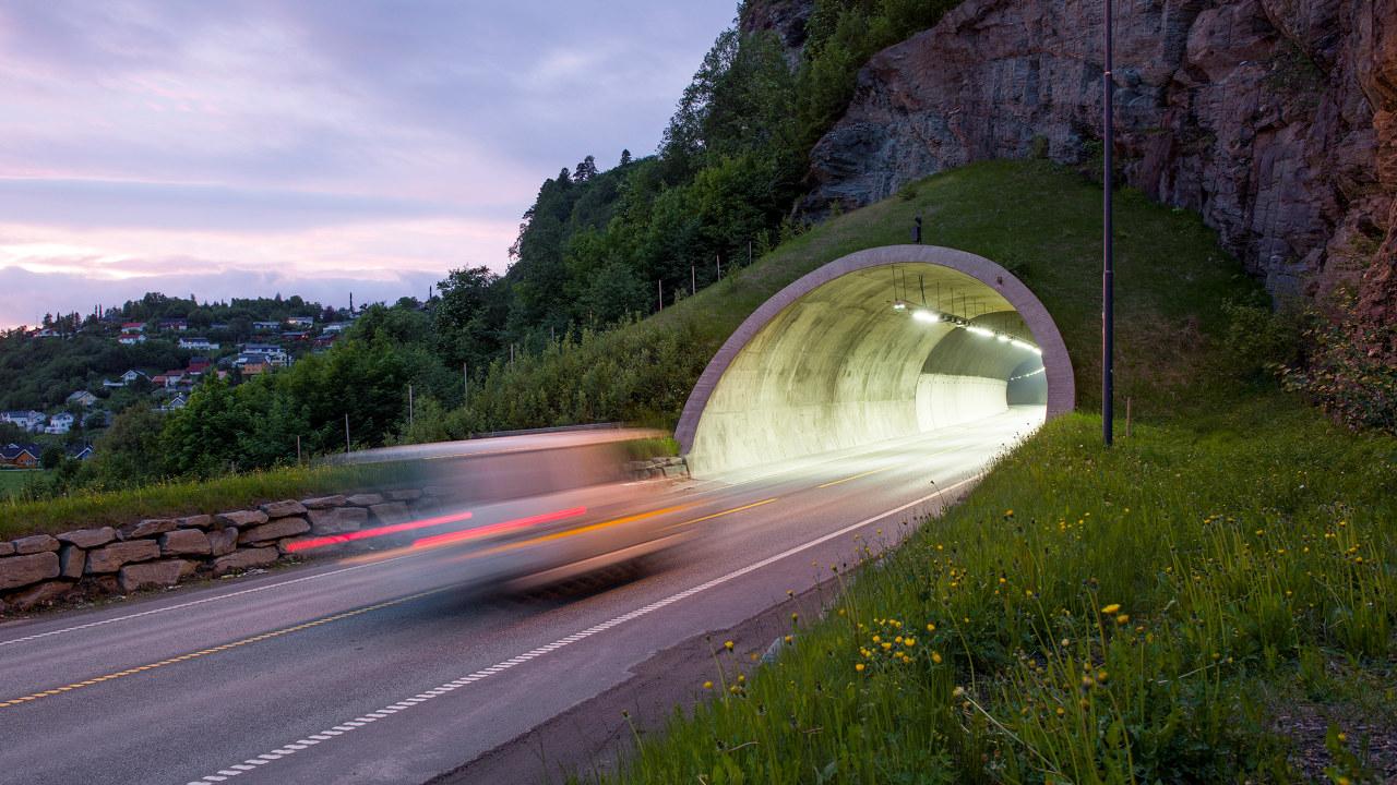 Bil på vei inn i tunnel. foto