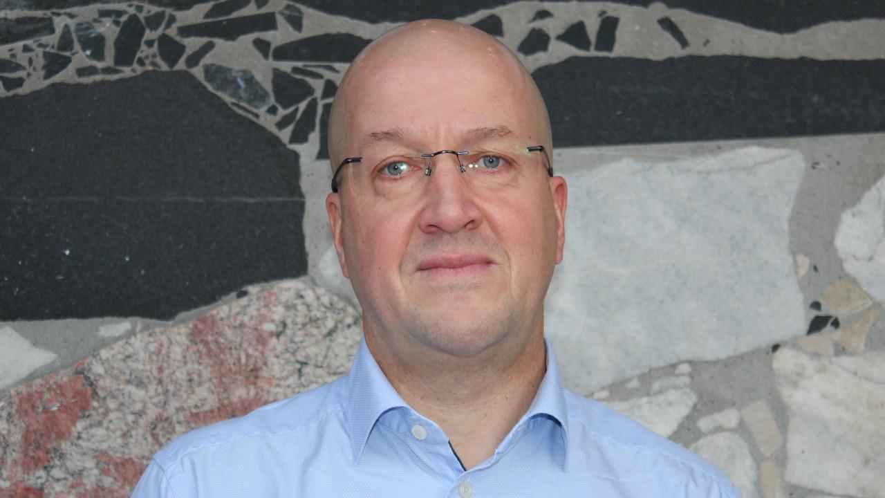 Mann i skjorte med briller. Foto