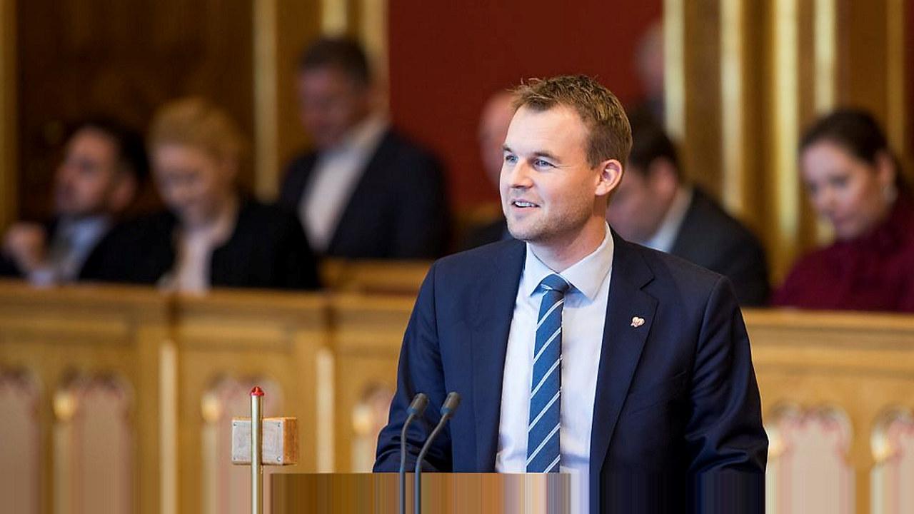 Mann på talerstol i Stortinget. foto
