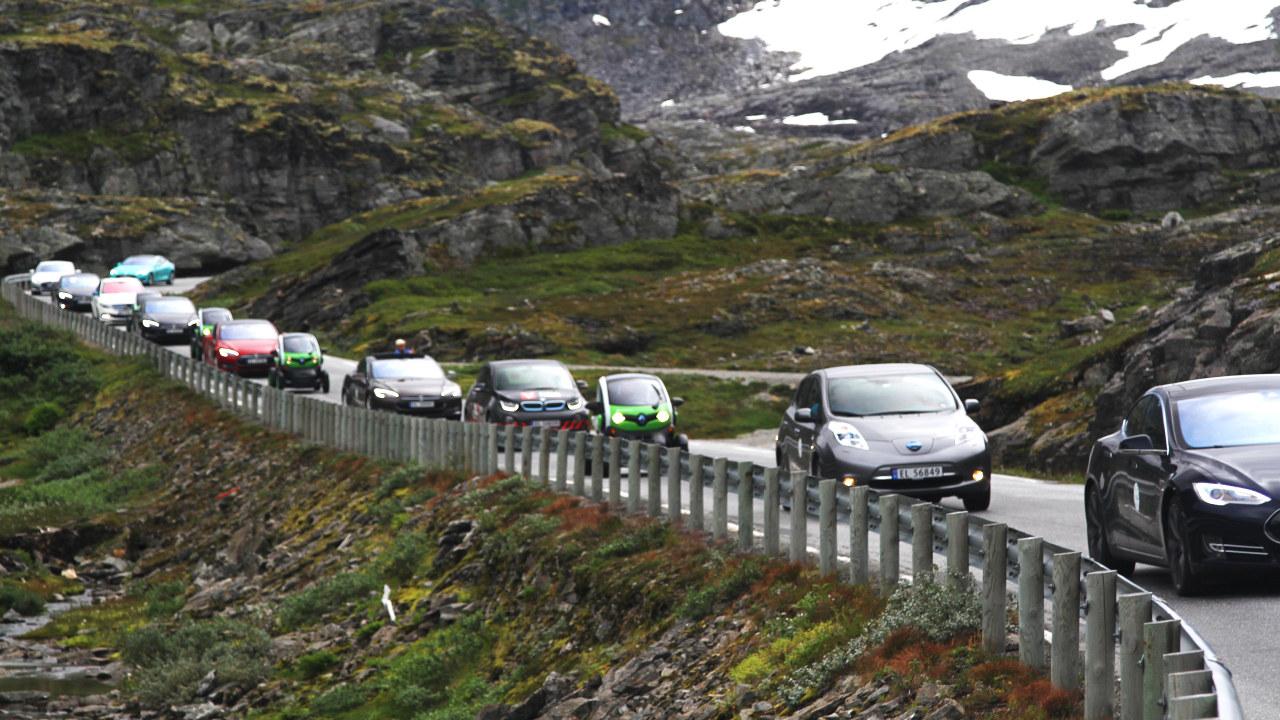 Elbiler som kjører i kø på fjellet. foto