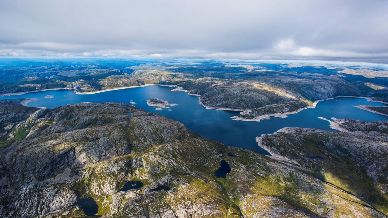 Vannkraftmagasin omkranset av fjell. Foto