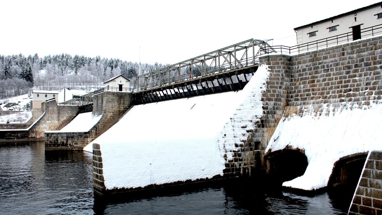 Elvekraftverket med snø. Foto