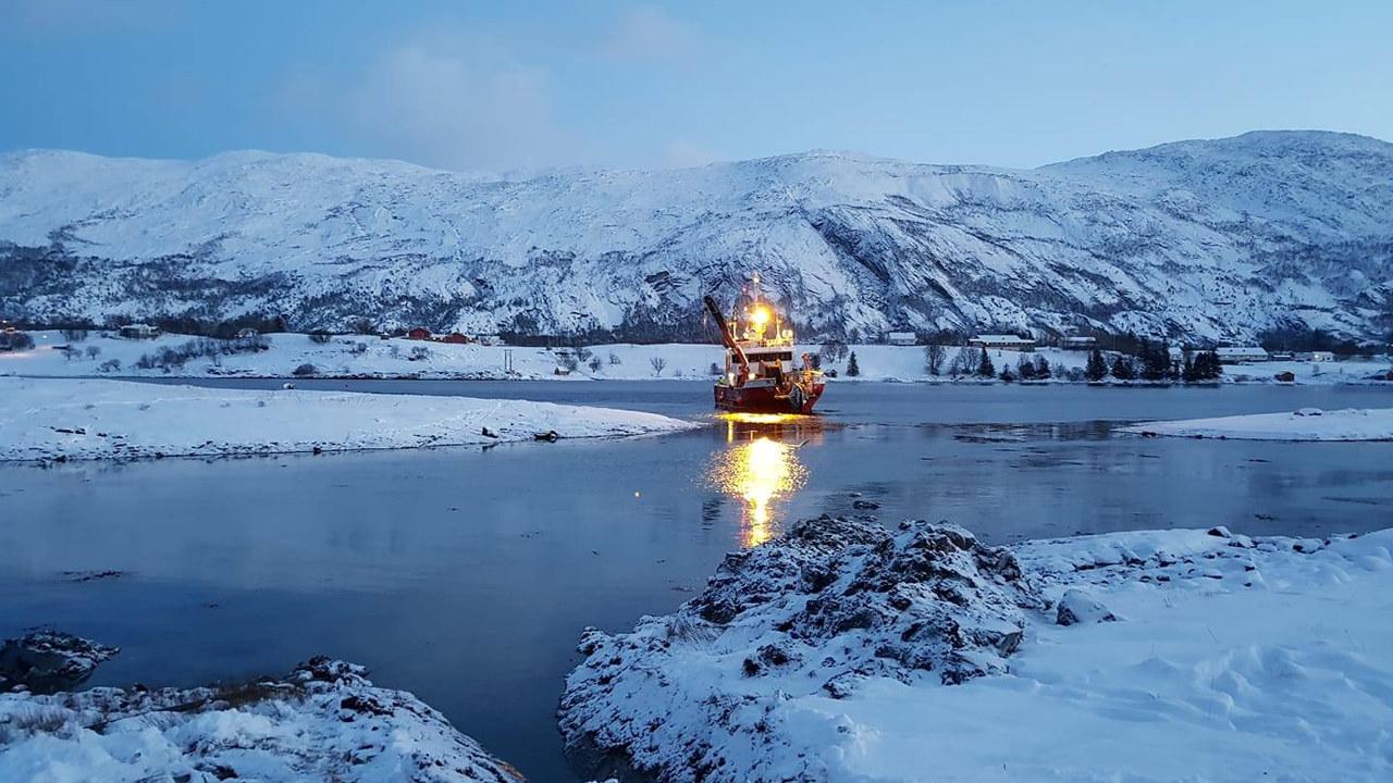 Båt i vinterlandskap. foto