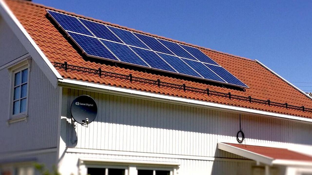 Solceller på taket på et trehus. foto