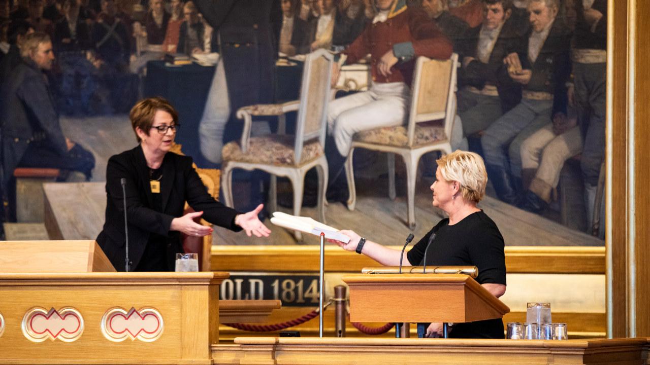 Finansminister Siv Jensen (FrP) overleverer regjeringens forslag til statsbudsjett til stortingspresident Tone Wilhelmsen Trøen. Foto: Stortinget