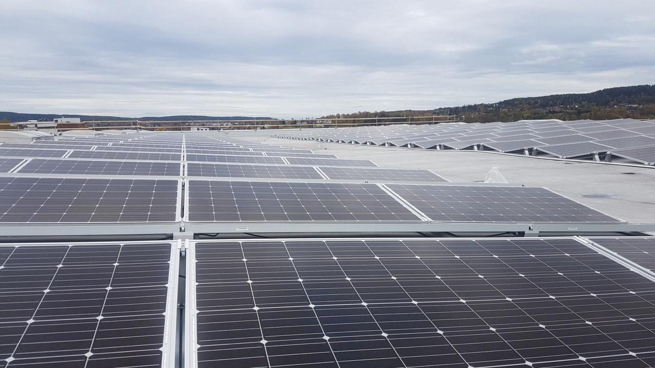 Solceller på et tak. Foto