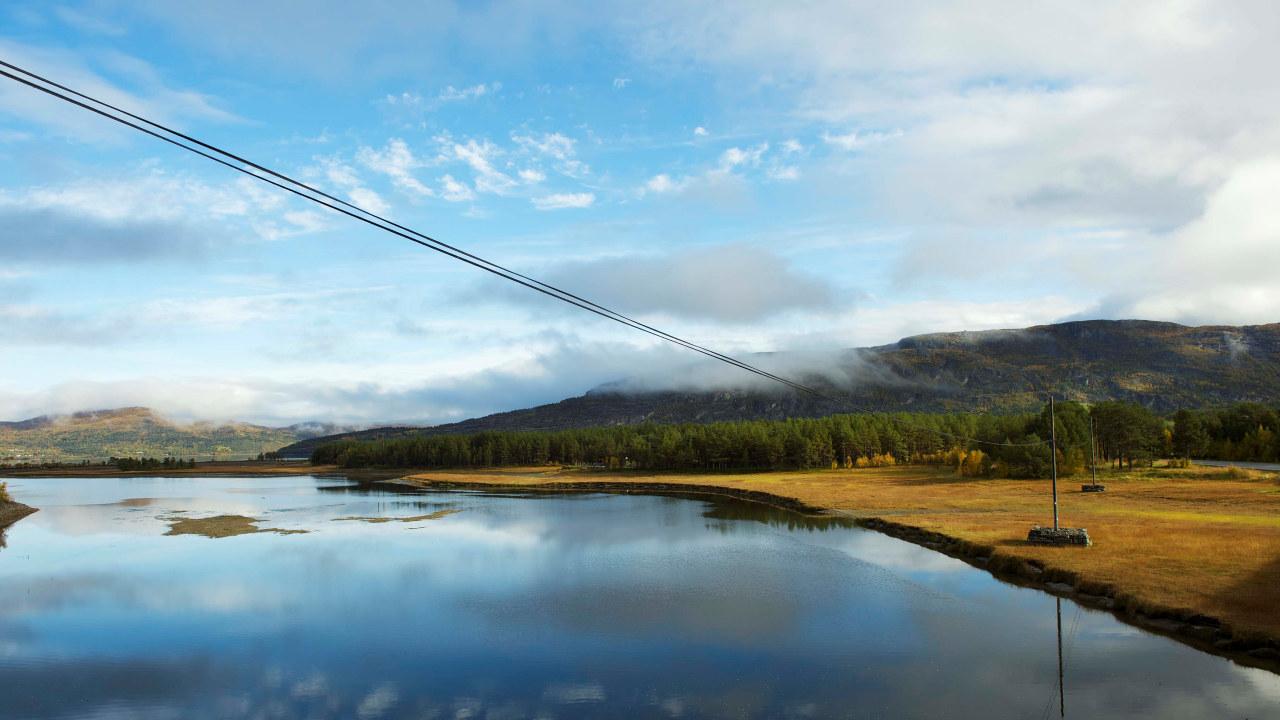 Bilde av en strømledning som går over et vann