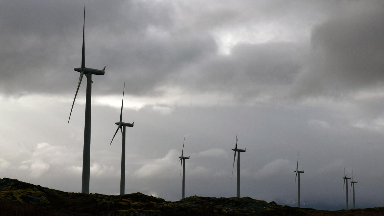 Bilde av vindmølle og mørke skyer