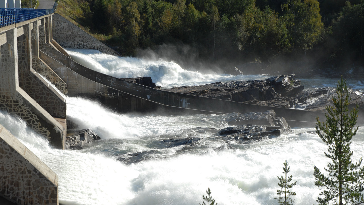 Hunderfossen kraftverk. Vann som strømmer igjennom en av slusene.