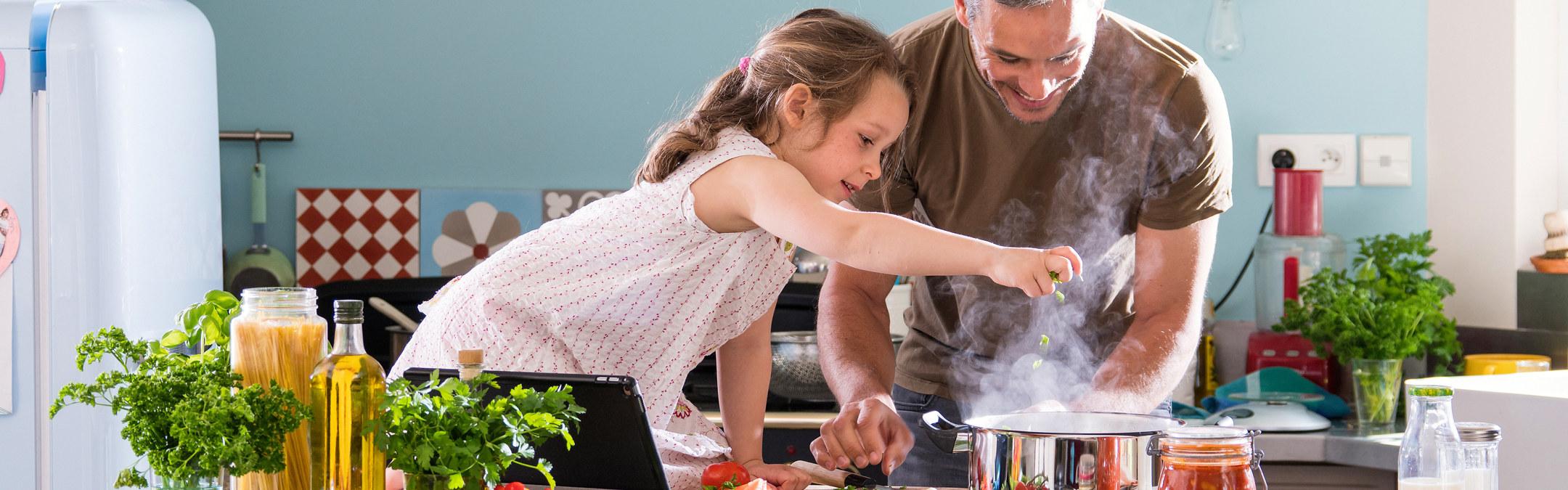 Datter og far lager middag. Foto