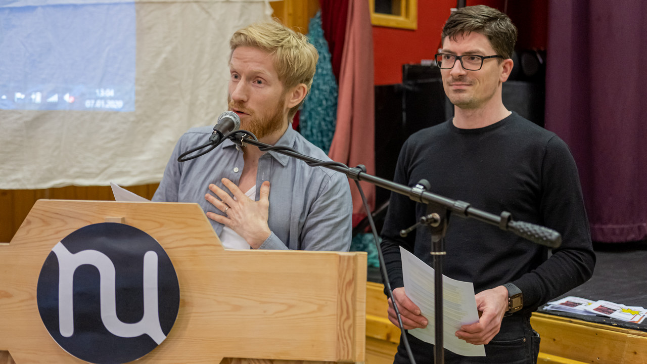 To menn på talerstol. foto