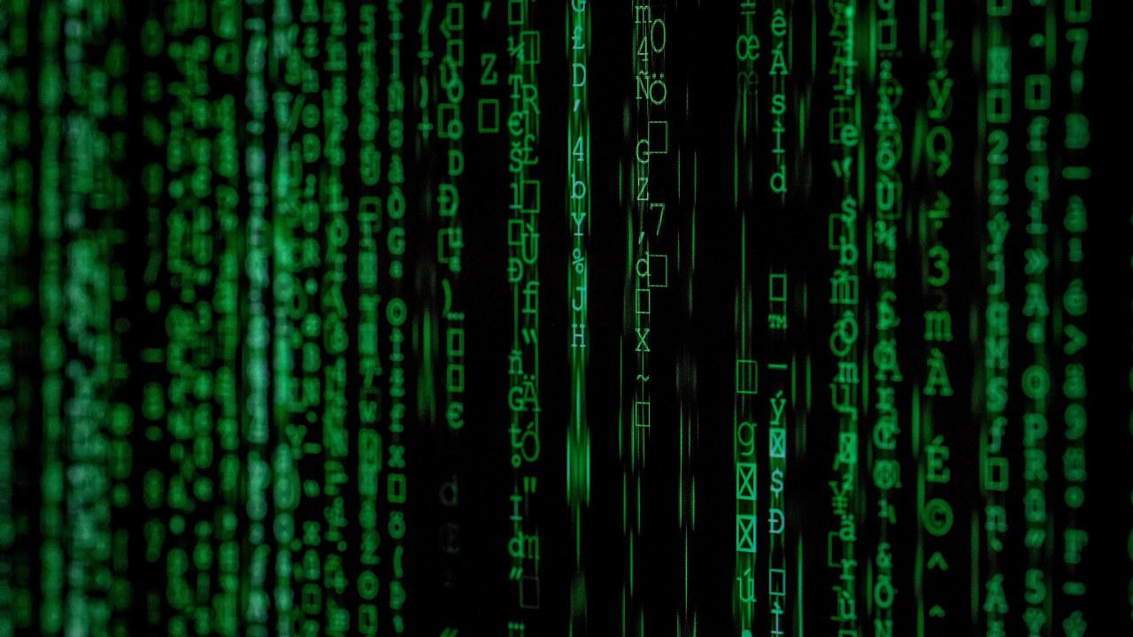 Datamaskin med grønn skrift. foto