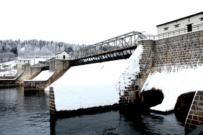 Rånåsfoss kraftstasjon med snø. Foto