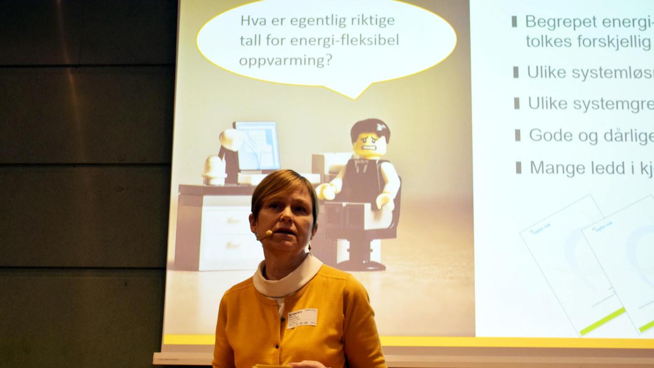 Kvinne som snakker for forsamling. foto